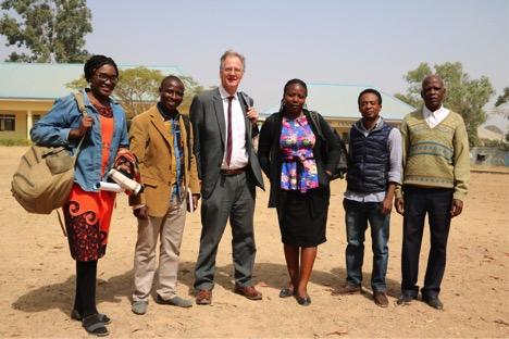 Peter no seminário teológico ECWA com Chioma (esquerda) e outros membros da equipe Éden.