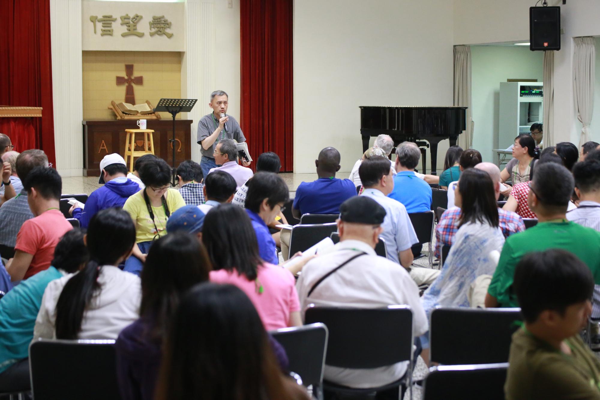 Samuel s'adressant aux participants de toute l'Asie de l'Est, y compris le Japon, la Mongolie, l'île de Taiwan, Hong Kong, la Chine, la Corée, la Thaïlande, les Philippines et Singapour.