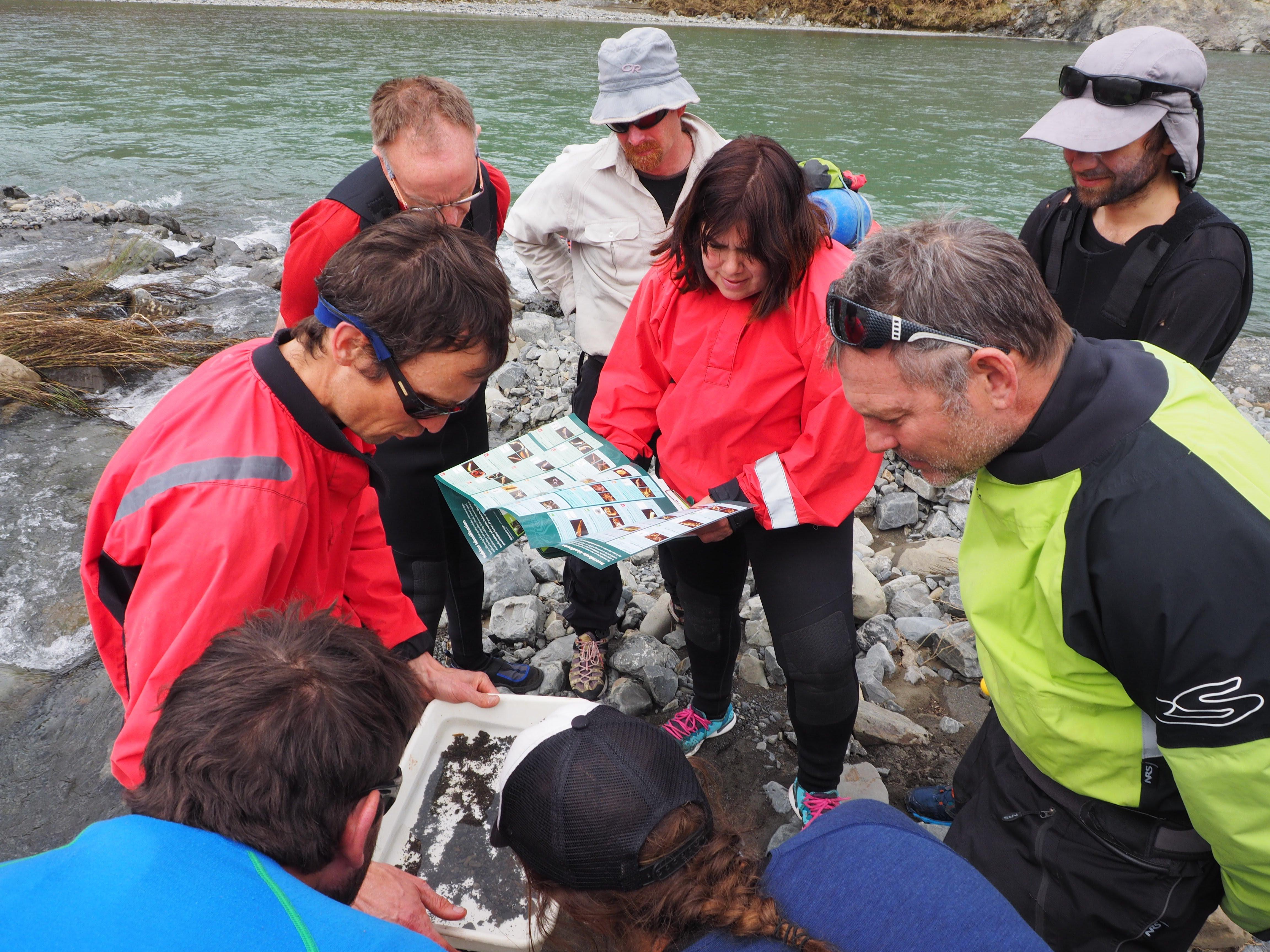 Richard Storey (à gauche), scientifique spécialiste des eaux douces et membre du conseil d'administration d'A Rocha, a dirigé le volet scientifique et a conduit l'équipe à examiner de plus près la qualité de l'eau et la vie des invertébrés. (Photo : Andrew Shepherd)