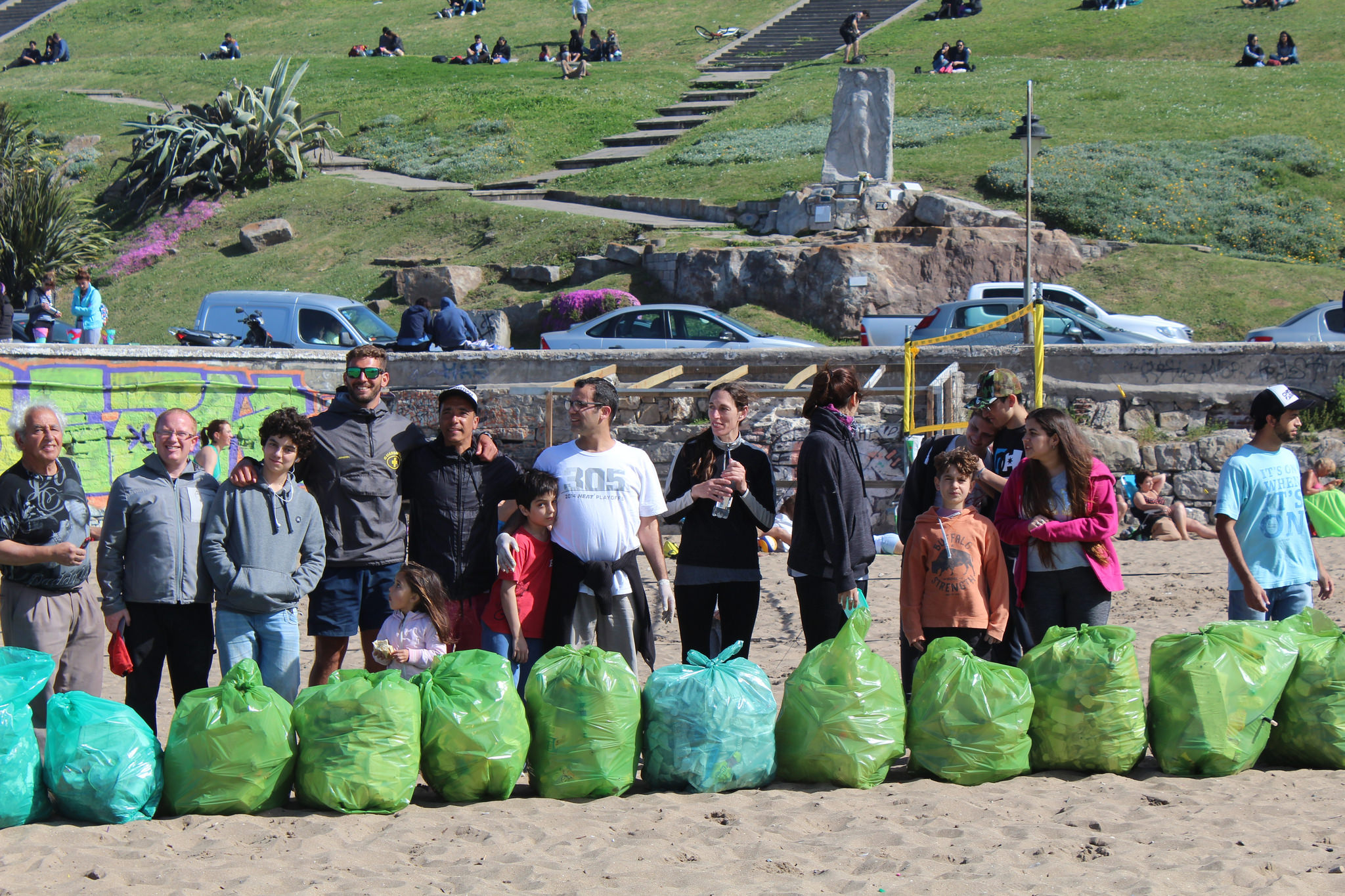 Encouragée par A Rocha, l'église La Unión dans la cité de Mar del Plata, Argentine, s'est mobilisée avec Christian Surfers Argentina et le groupe chrétien Kairós. En à peine deux heures, ils ont collecté 32 sacs de déchets, plus trois conteneurs remplis d'objets coupants. (Photo : Analia Milanessi)