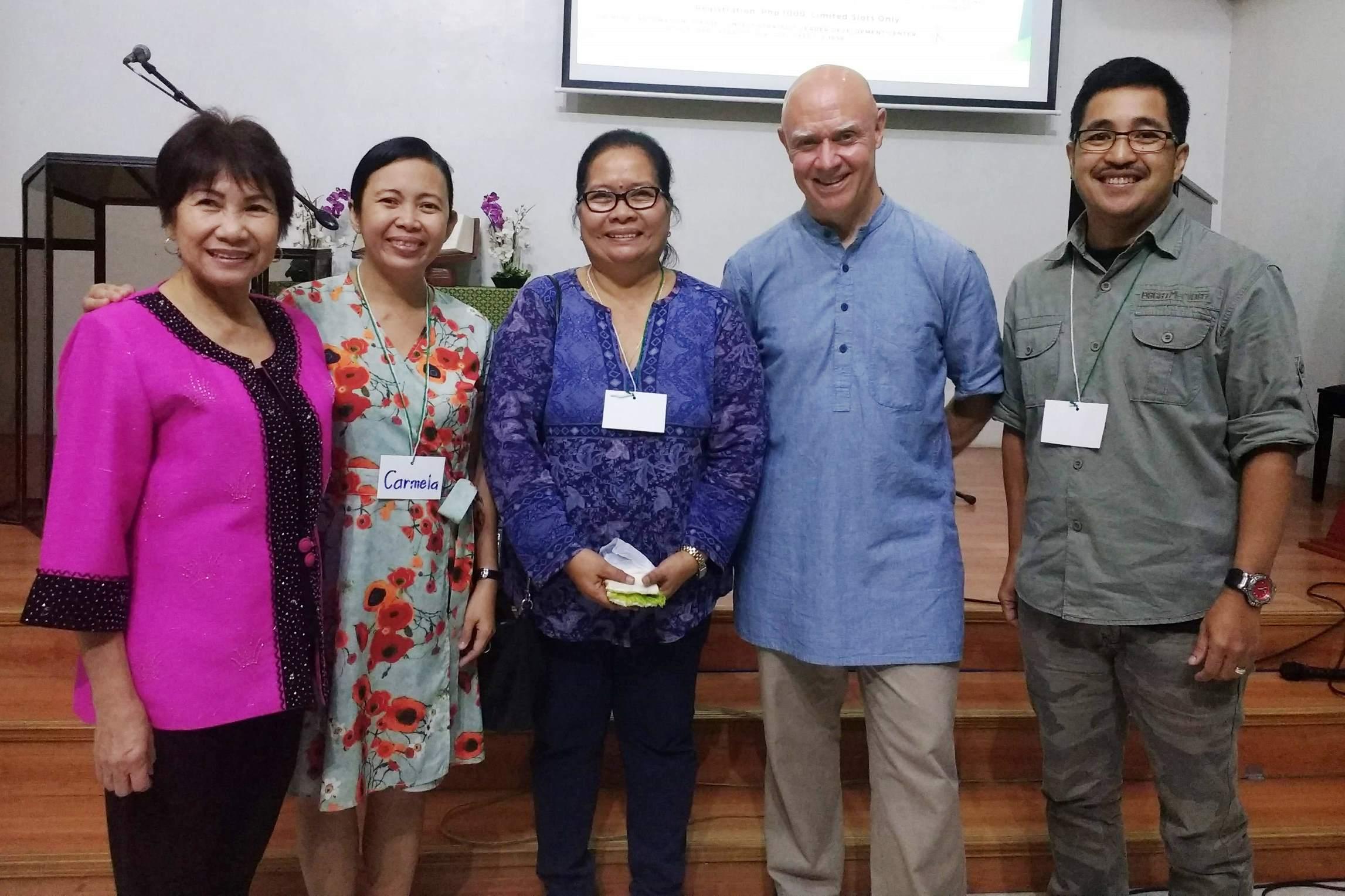Membros da direção da CIC com Dave Bookless (a partir da esquerda: dr.ª Zenet Maramara, professora Carmela Española, Lydia Robledo, Dave Bookless e o pastor Dave Trinidad)