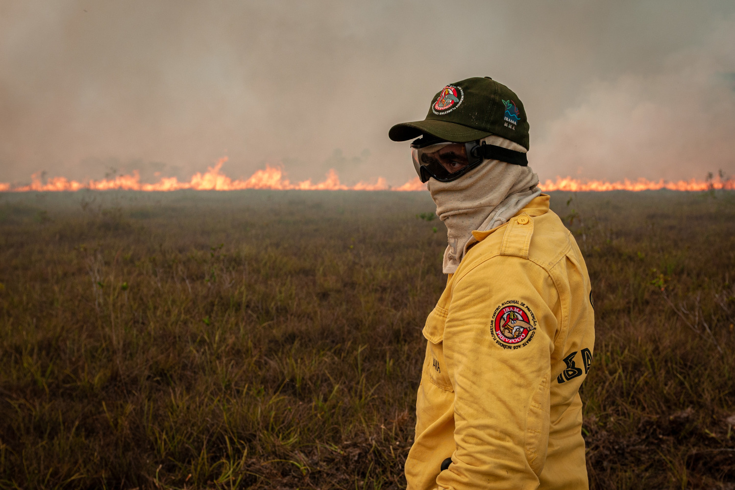 Prevfogo/Ibama officer fighting a fire in the Amazon – Photo: Vinícius Mendonça/Ibama